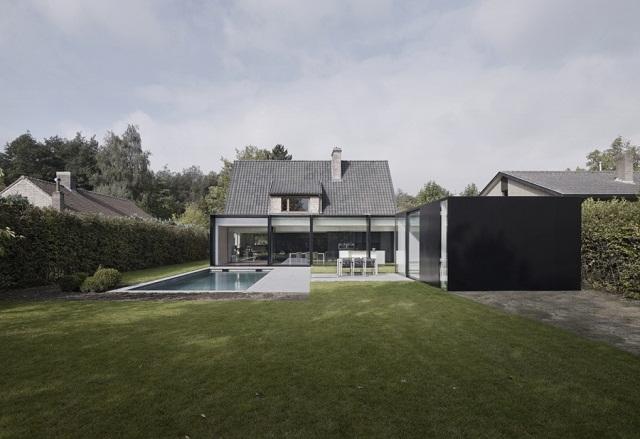 """""""Studio Graux & Baeyens Architecten hat vor kurzem das DS Projekt abgeschlossen. Die Architekten haben dieses alten Farmhaus in Destelbergen renoviert und erweitert.""""  Wohntrends: Hausanbau und Renovierung in Belgien Hausanbau und Renovierung in Belgien Architektur und Design Wohn DesignTrend 01"""