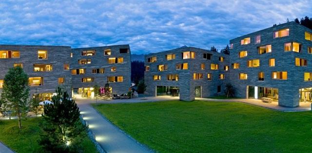 """""""Hotel Rocksresort auf der Schweiz bei Domenig Architekten. Es wurden gezielt hochwertige Materialien verwendet und auf ein regionales Vorkommen dieser geachtet."""""""