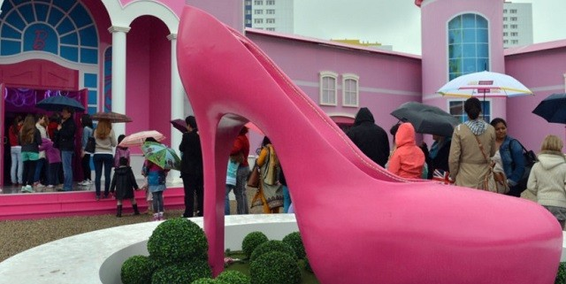 """Vom 16. Mai bis zum 25. August 2013 liegt Barbies Zuhause in Berlin, in der nähe zum Alexanderplatz. Barbie eröffnet ihr Museum in Pink; kommen vor Protestler.""  Barbie Dreamhouse in Berlin: Barbies Pink Welt Wohn DesignTrend Barbie Dreamhouse in Berlin 02 e1369904535576"