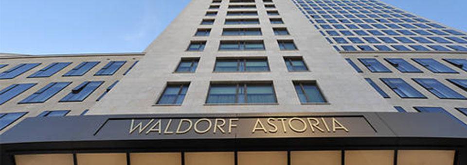 """""""Entdecken Sie eine neue Welt des Luxus in dem Waldorf Astoria Hotel, in Berlin. Hier erleben Sie die Zukunft verbunden mit Klassischem und Zeitlosem, während der meisterliche Service in Ehren gehalten wird und moderne Bequemlichkeiten und eine extravagante Inneneinrichtung Ihnen wahrlich unvergessliche Momente schaffen.  Modernes Hotel Waldorf Astoria Berlin cover1"""