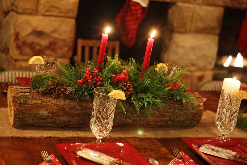 Weihnachtsdeko-Tipp: Kerzen und Zapfen furniture and accessories inspiring diy beautiful natural christmas centerpiece using piece of wood base floral oasis moss fresh pine sprays pinecones and red berries fresh natural greenery for si